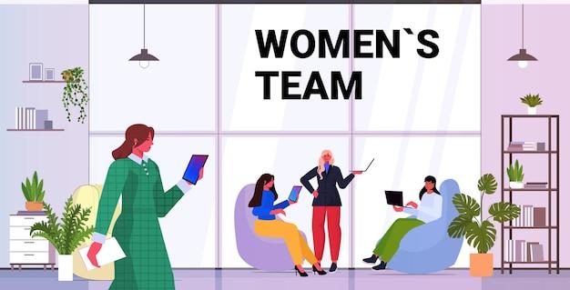 Mulheres de negócios usando dispositivos digitais equipe de mulheres de negócios de sucesso trabalhando juntos conceito de liderança moderno escritório interior ilustração horizontal vetorial