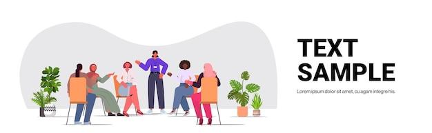 Mulheres de raça mista discutindo durante reunião movimento de empoderamento feminino feminino poder união de feministas conceito cópia espaço