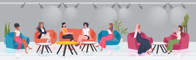 Mulheres de raça mista discutindo durante reunião na área de conferência movimento de empoderamento feminino união de poder feminino de conceito feminista