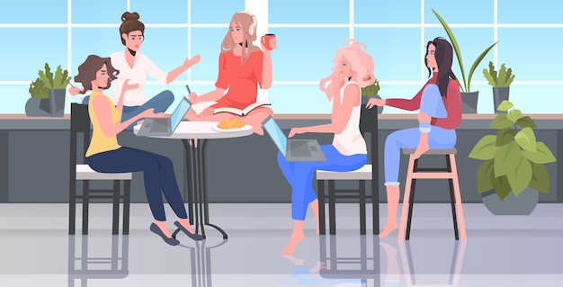 Mulheres discutindo durante a reunião na área de conferência