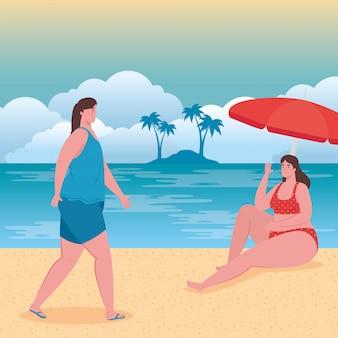 Mulheres gordas bonitos com maiô na praia, amigos do grupo na praia, temporada de férias de verão