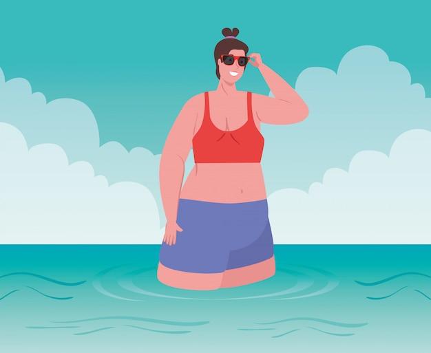 Mulheres gordas bonitos com maiô na praia, fêmea na praia, temporada de férias de verão