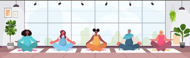 Mulheres grávidas fazendo ioga exercícios de fitness, treinamento, estilo de vida saudável, meninas, mulheres, meditando juntas