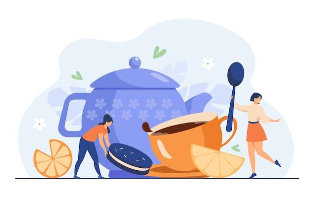 Mulheres minúsculas bebendo chá com ilustração vetorial plana de cookie. menina dos desenhos animados rolando uma fatia de limão para um copo enorme com bebida quente. hora do chá e conceito de trabalho de festa festiva de inverno