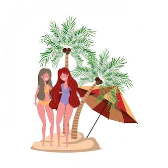 Mulheres na praia com maiô e palmas