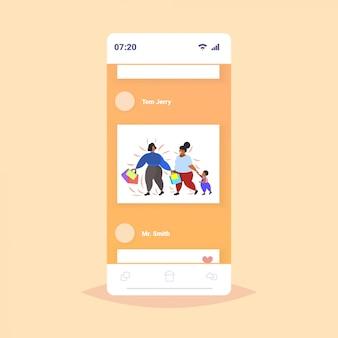 Mulheres obesas gordas com criança segurando sacolas com sobrepeso meninas afro-americanas andando com garotinho grande venda obesidade conceito smartphone tela app móvel on-line