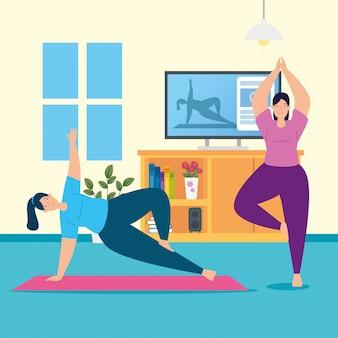 Mulheres praticando ioga on-line na sala de estar