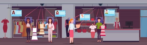 Mulheres que escolhem e compra fecha clientes identificação reconhecimento facial conceito segurança câmera sistema de vigilância shopping interior horizontal comprimento total