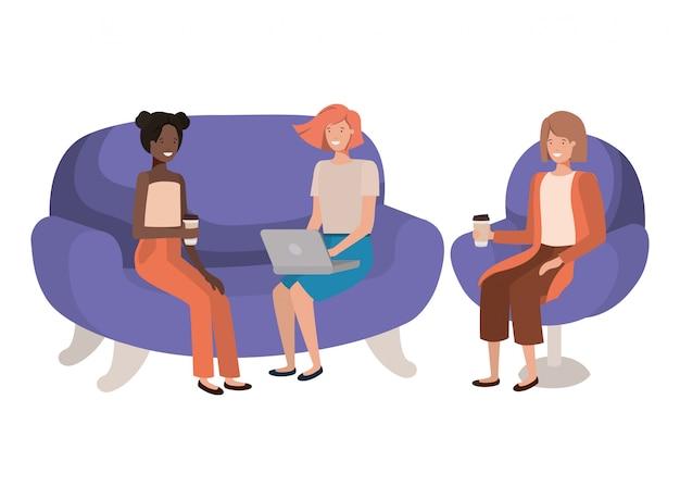 Mulheres sentadas no sofá com personagem de avatar de recipiente de café
