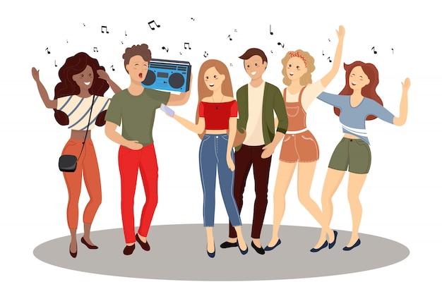 Multidão de jovens, homens e mulheres segurando smartphones e mensagens de texto, conversando, ouvindo música, tomando selfie.