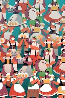 Multidão de pessoas com máscaras médicas bebendo cerveja, celebração da festa da oktoberfest