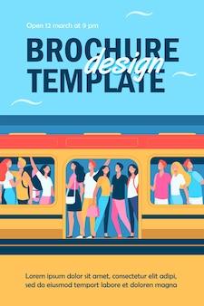 Multidão de pessoas felizes viajando de modelo de folheto de trem de metrô