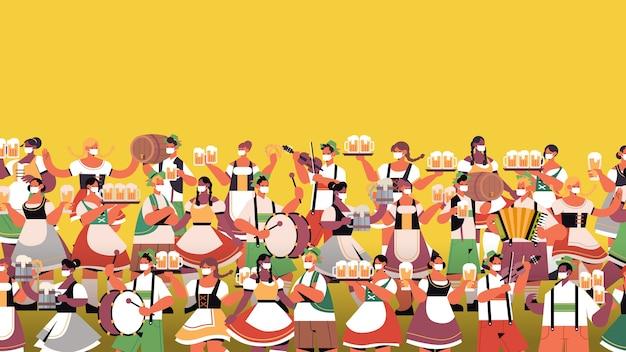 Multidão de pessoas segurando canecas de cerveja e tocando instrumentos musicais