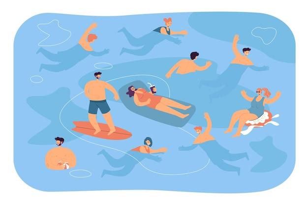 Multidão de turistas nadando e se banhando na água do mar