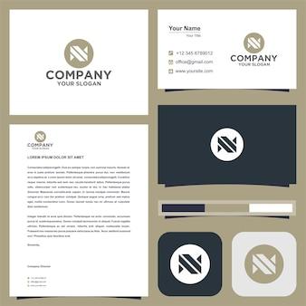N logotipo da empresa no conceito de origami com cartão de visita