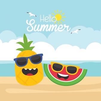 Nas férias de verão, frutas tropicais bonitos na praia no conceito de férias de verão