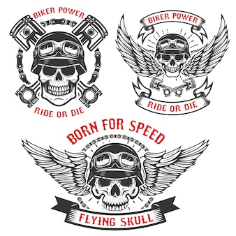 Nascido para a velocidade. conjunto de caveiras de motociclista em capacetes, com asas e pistões. elementos para o logotipo, etiqueta, emblema, sinal. ilustração
