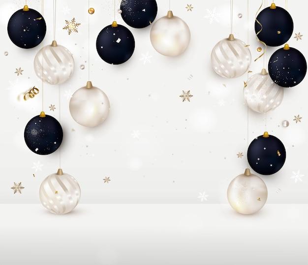 Natal com bolas de natal em um quarto branco, o conceito de ano novo.