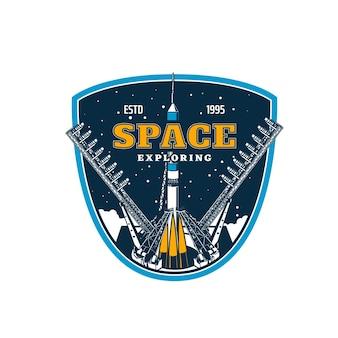 Nave espacial no início, exploração do espaço e descoberta de galáxias, ícone do vetor. lançamento de foguete espacial no espaçoporto ou cosmódromo para o espaço e planetas ou missão de estação orbital, academia espacial
