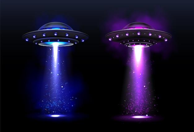 Naves espaciais alienígenas, ovni com feixe de luz azul e roxo.