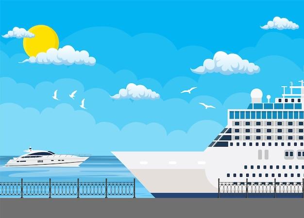 Navio de cruzeiro ancorado no porto marítimo, viajando no oceano.