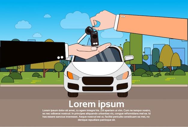 Negociante de carro que dá chaves ao novo proprietário sobre o veículo na estrada. comprando auto concept