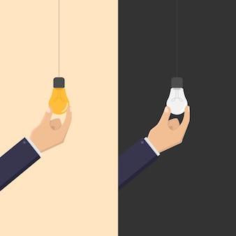 Negócios criativos com a mão segurando uma lâmpada ligada e desligada.