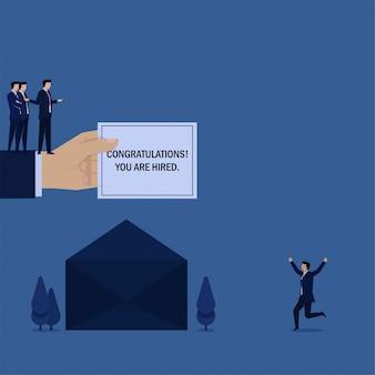 Negócios plana mão segure a carta de e-mail e homem feliz por contratado.