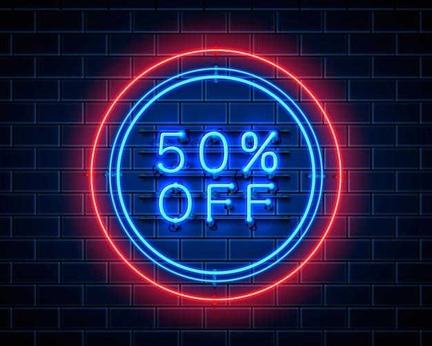 Neon 50 fora do banner de texto. sinal noturno. ilustração vetorial Vetor Premium