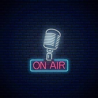 Néon no sinal de ar com microfone retrô no fundo da parede de tijolo escuro. indicador luminoso da estação de rádio. ícone do café de som. cartaz do programa de música. ilustração vetorial.