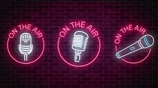 Néon nos sinais de ar conjunto com símbolos de microfones em quadros redondos