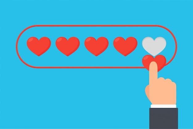 Nível de satisfação do cliente, as mãos dos clientes satisfeitos no serviço adicionando um coração ao negócio.