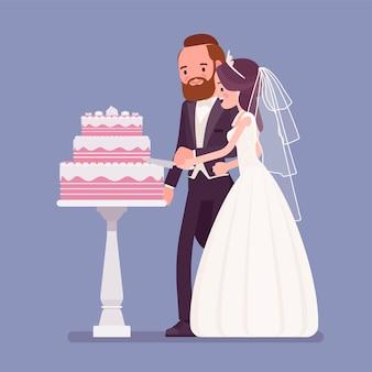 Noiva e noivo cortando bolo na cerimônia de casamento