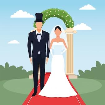 Noivo e noiva em cima de paisagem e arco floral