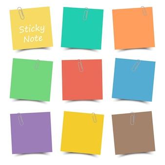 Nota auto-adesiva multicolor com clipe de papel e sombra. cor lisa. fundo branco isolado.
