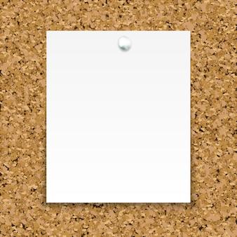 Nota pegajosa branca isolada na placa de cortiça