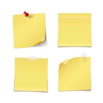 Notas adesivas com alfinete, clipe e uísque