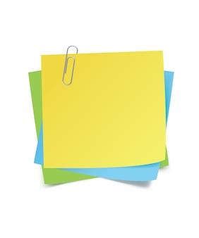 Notas adesivas e clipe isolados no branco
