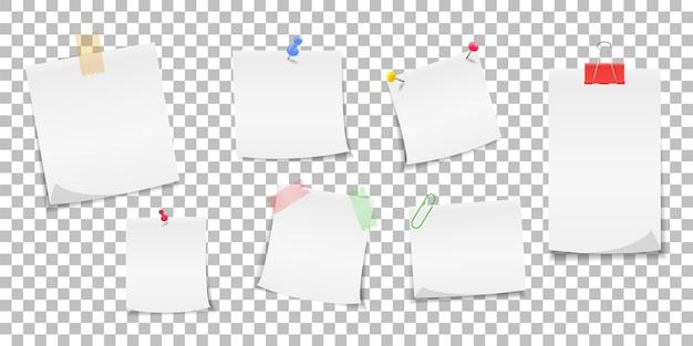 Notas de papel presas com um botão, um alfinete e uma fita adesiva. notas para a mensagem.