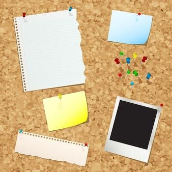 Noticeboard da cortiça com vários pedaços de papel e pinos do impulso