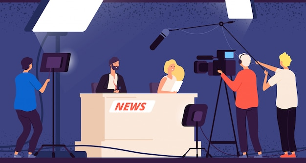 Notícias do estúdio de tv. jornalistas encenam mesa radiodifusão tripulação profissional cameraman entrevista televisiva programa apresentador conceito