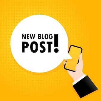 Nova postagem no blog. smartphone com um texto de bolha. cartaz com texto nova postagem no blog. estilo retrô em quadrinhos. bolha do discurso do app do telefone.