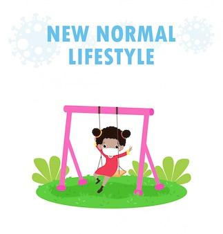 Novo conceito de estilo de vida normal. caçoe o balanço no campo de jogos, crianças no parque ao ar livre isolado.