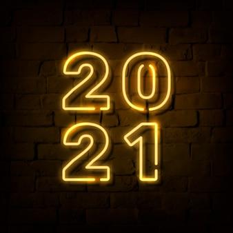 Número 2021 amarelo neon brilhante sobre parede de tijolos