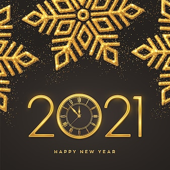 Números metálicos dourados 2021 e relógio com contagem regressiva à meia-noite. flocos de neve brilhantes sobre fundo escuro.