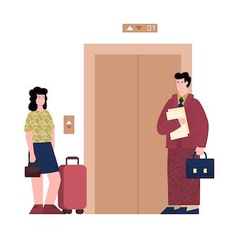 O administrador do hotel acompanha o hóspede até a ilustração do quarto