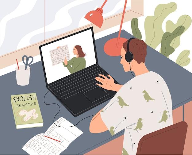 O aluno aprende online, assistindo à aula na tela do laptop.