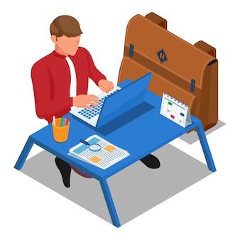 O aluno senta no chão e faz a lição de casa no laptop do computador na mesa