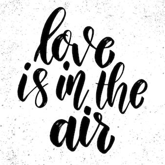 O amor está no ar. frase de letras no fundo do grunge. elemento de design para cartaz, cartão, banner.