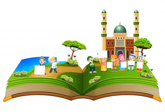 O belo livro de história com as crianças segurando o quadro em branco